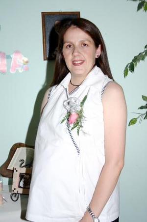 Laura Casas de Pérez recibió numerosas felicitaciones por el cercano nacimiento del bebé que espera
