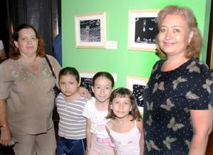 Adriana Jiménez, Lucero Sánchez, Mara Fernanda Ibarrola, Gabriela Sánchez y Rosa Velia González, acudieron a la exposición infantil Plumitas al Aire.