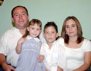 Alejandro Sánchez y Laura Pulido de Sánchez, con sus hijos Alejandro y paulina captados en pasado festejo social.