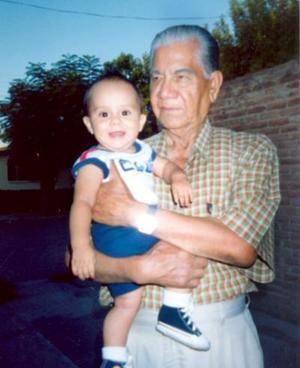 El pequeño Jaime Alejandro Piña Velázquez con su bisabuelo David Balderas Molina