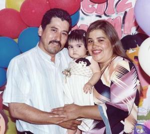 Gabriela Venegas Chávez acompañada por sus papás, Víctor M. Venegas Treviño y María Gabriela Chávez de Venegas, el día que cumplió su primer años de vida.