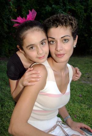 <u><i> 10 de octubre de 2004</u></i><p>  Valeria Briones Dacarett junto a su mamá Valeria Dacarett Martínez, en la fiesta que le organizó por su octavo cumpleaños.