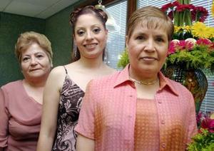 Gabriela Ortiz Figueroa acompañada de las anfitrionas de su despedida de soltera, Elisa Figueroa de Ortiz y Blanca González de González