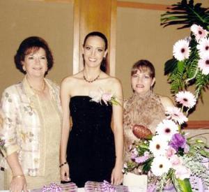 La futura novia Alma Huguette de Alba Castilla con las anfitrionas del festejo, Alma Gloria Castilla de De Alba y Rosa María Cervantes de Fahur.