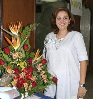 <u><i> 12 de octubre de2004</u></i><p>  Maricarmen Sandoval de Mijares espera el nacimiento de su tercer bebé y por tal motivo recibió numerosos obsequios
