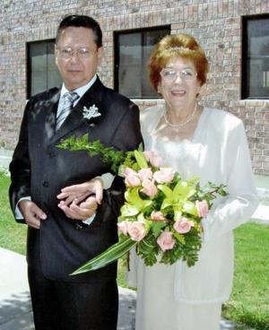 El Sr. Carlos Obregón Saravia y la Sra. Carolina Osorio unieron sus vidas en el sacramento del matrimonio el pasado cuatro de septiembre de 2004, en Centro Saulo. <p> <i>Estudio: Sosa</i>