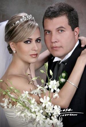 Sr. Víctor Hugo Olmos Castro y Srita. Laura Garnier Monroy contrajeron matrimonio religioso en la parroquia de San Pedro Apóstol el sábado 17 de julio de 2004.  <p> <i>Estudio: Sosa</i>