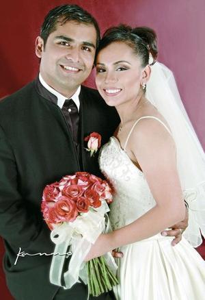 C.P. Ricardo Román Muñoz Torres y Dra. Flor Liliana Hernández Reza recibieron la bendición nupcial en la iglesia de Santa Teresita del Niño Jesús el sábado 21 de agosto de 2004.  <p> <i>Estudio: Kanno</i>