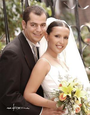 Sr. Érick Fernanando Carrillo Acevedo y Srita. Perla Valeria ayala Alanís Carlos recibieron la bendición nupcial en la parroquia del Santo Cristo el sábado cuatro de septiembre de 2004.  <p> <i>Estudio: Maqueda</i>