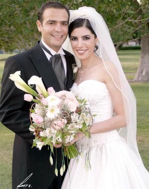 Lic. Baltazar Villarreal Mena y Arq. Aída Cecilia Salmón Abraham contrajeron matrimonio religioso en la parroquia de La Sagrada Familia el viernes 27 de agosto de 2004.
