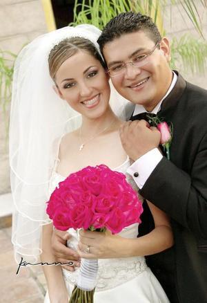 Arq. José Barajas González y Arq. Alicia Rodríguez OIrtega recibieron la bendición nupcial en la parroquia de San Pedro Apóstol el sábado 21 de agosto de 2004.  <p> <i>Estudio: Kanno</i>