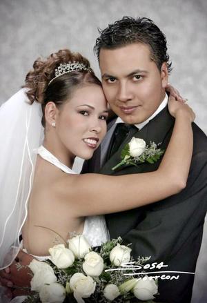 Lic. Israel Esquivel Marines y Lic. Nadia Grisel Rodrpiguez Calamaco contrajeron matrimonio e el Casino las Rosas de Gómez Palacio Dgo, el sábado 11 de septiembre de 2004.  <p> <i>Estudio: Sosa</i>