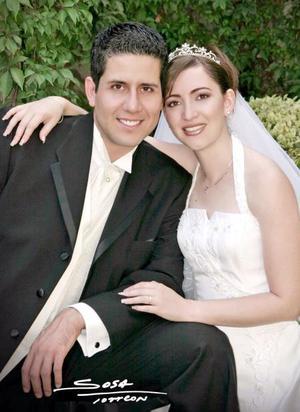 Sr. Felipe de Jesús Ceniceros Herrera y Srita Beatriz Eugenia Flores recibieron la bendición nupcial en la parroquia de San Pedro Apóstol el sábado 14 de agosto de 2004.   <p> <i>Estudio: Sosa</i>
