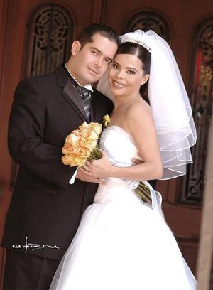 Sr. Ricardo Fiscal Arcaute y Srita. Sonia García Guzmán recibieron la bendición nupcial en la parroquia de La Sagrada Familia el sábado 28 de agosto de 2004.  <p> <i>Estudio: Maqueda</i>