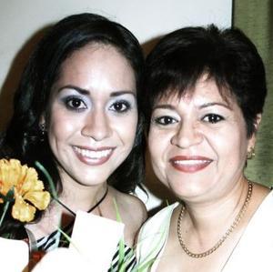 Cristina Pizarro Serna acompañada por su mamá, María del Carmen Serna García, en el festejo pre nupcial que le ofreció.