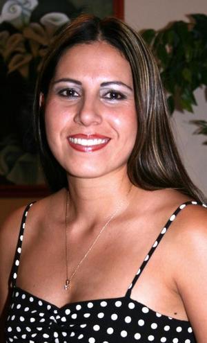 <u><i> 13 de octubre de 2004</u></i><p>  América Rangel Gutiérrez disfrutó de una despedida de soltera, por su cercana boda con Víctor Manuel Estrada Garibay.