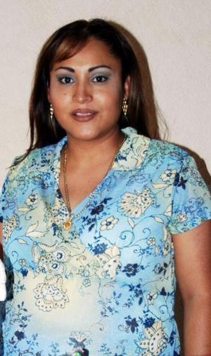 Rocío Fabián de Flores espera el nacimiento de su primer bebé y por tal motivo recibió numerosas felicitaciones, en la fiesta de canastilla que le ofrecieron hace unos días.