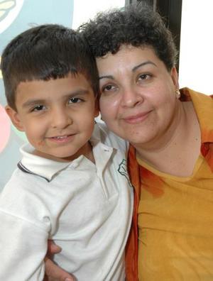 Roberto André Amador Frayre con su mamá Isela Frayre en reciente festejo infantil.