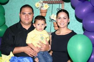<u><i> 14 de octubre de 2004</u></i><p>  Miguel Ángel Cardona Muñoz junto a sus papás, Miguel Cardona y Mónica de Cardona, en la fiesta infantil que le organizaron.