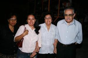 Francisco Vázquez, Emma de Vázquez, Emma de Vázquez, Susana Muñiz y Guadalupe Vázquez.