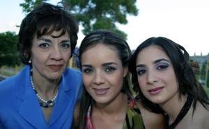 Marcela Pérez Sánchez acompañada por su mamá, Laura Sánchez de Pérez y su hermana Laura, en su despedida de soltera.