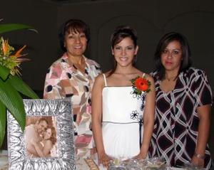 Lupita Reyes de Ruiz y Cristy Luján de Torres, organizadoras de la despedida de soltera de Alma Luján Aguilar.