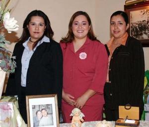 Con motivo de su cercano enlace matrimonial, Laura López Mora disfrutó de una despedida de soltera que le ofrecieron Karla Susana López Mora y Mayté Romero de López.