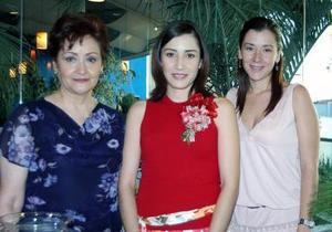 Ana Echávez Lechuga acompañada por las organizadoras de su despedida de soltera, Evangelina Echávez y Evangelina Lechuga.