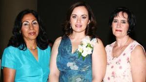 Rosa Amalia Jaik Muñoz acompañada por las organizadoras de su despedida de soltera, Raquel Muñoz de Jaik y Florina Téllez de Durán.