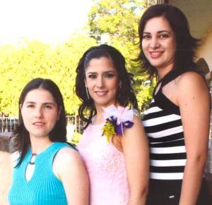 <u><i> 16 de octubre de 2004</u></i><p>  Lucía Ortega Hernández acompañada por sus amigas Cristy Valencia de gómez y Rocío Herrera de Alba, en su despedida de soltera.