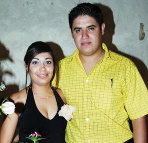 Daisy Aguilar Carrasco y Abdon Rodríguez Carmona unirán sus vidas en matrimonio el próximo 23 de diciembre, y por tal motivo sus familiares les ofrecieron una despedida bíblica.