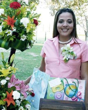 <u><i> 15 de octubre de2004</u></i><p>Ana Isabel de De León captada en la fiesta de canastilla que le ofrecieron hace unos días.