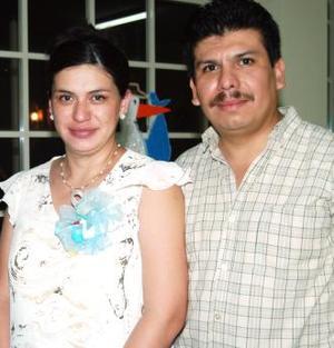 Rosa de Guadalupe Rivera de Cruz y Sergio Cruz Arroyo esperan el nacimiento de su primer bebé, para días del mes en curso.