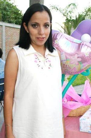 Mirna Guadalupe Ramírez de Lozano espera el nacimiento de su primer bebé, y por tal motivo recibió múltiples felicitaciones en la fiesta de canastilla que le ofrecieron hace unos días.
