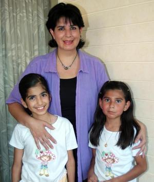 María José cumplió ocho años de vida y los festejó acompañada por su mamá Cecilia Camacho de Barrón y su hermana Cecy.