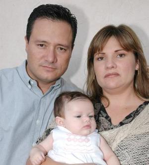 Gerardo Ramírez Pastrana e Ivonne Maycotte de Ramírez con la pequeña Daniela Ramírez Ávila, en pasado festejo social.