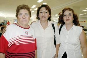 Esthela Martínez viajó a Los Ángeles, fue despedida por sus hijas Nora y Martha.