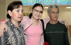 Hiroma Hayakawa Salas fue recibida por sus padres, al arribar del DF.