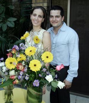 Alma Huguette de Alba y Carlos Fahur Cervantes disfrutaron de una despedida de solteros, que  les ofrecieron un grupo de amistades por su cercano enlace nupcial.