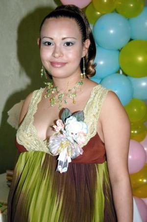 Dora Armida Flores de Marín espera el nacimiento de su primer bebé para últimos días de octubre, y por tal motivo recibió numerosos obsequios en su fiesta de canastilla.