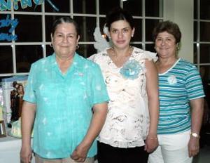 Señora Rosa de Guadalupe Rivera de Cruz, acompañada por las organizadoras de su fiesta de canastilla, María Candelaria de la Torre y Patricia López.