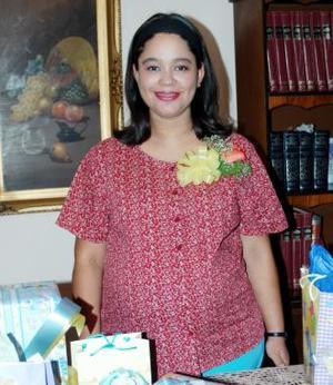 <u><i> 17 de octubre de2004</u></i><p>   Zulema López de Rojas recibió sinceras felicitaciones, en la fiesta de canastilla que le organizaron recientemente en honor del bebé que espera.