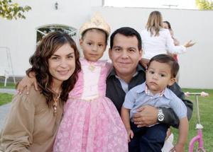 Edna de la Torre de Rodríguez y Rodolfo Rodríguez con sus hijos Edna y Rudym, en pasado festejo infantil.