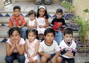 La pequeña Constanza Martínez acompañada por un grupo de amiguitos, en la fiesta que  le ofrecieron por su cuarto cumpleaños.