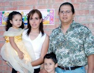 María Fernanada Manjarrez Saucedo celebró su tercer cumpleñaos con una merienda que le ofrecieron sus papás, Rogerio Manjarrez y Georgina de Manjarrez y su hermanito Rogerio.
