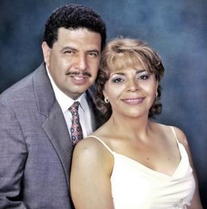 Juan Gerardo Valdés y Carmen Rojo de Valdés celebran recientemente su 20 aniversario de matrimonio, por lo que has recibido numerosas felicitaciones de su familiares y amistades.