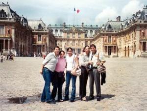 Martha, Ana y Lupita Ochoa Valdés acompañadas por sus papás, Jesús Ochoa y Ana María de Ochoa, visitaron recientemente el Palacio de Versalles en París, Francia.
