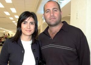 Alejandra de Jayme viajó a la Ciudad  de México, la despidio Antonio Jayme.