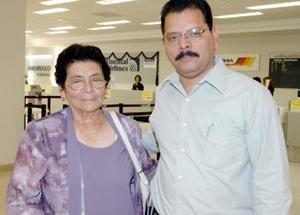 Guadalupe Quiñónez viajó a Los Ángeles, la despidió su hijo Romario Martínez.