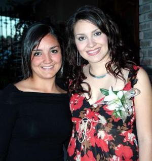 Silvia acompañada de su hermana Lili Leal Romo